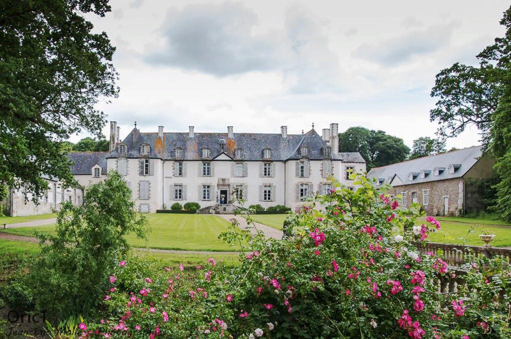 Chateau-de-La-Moglais.jpg