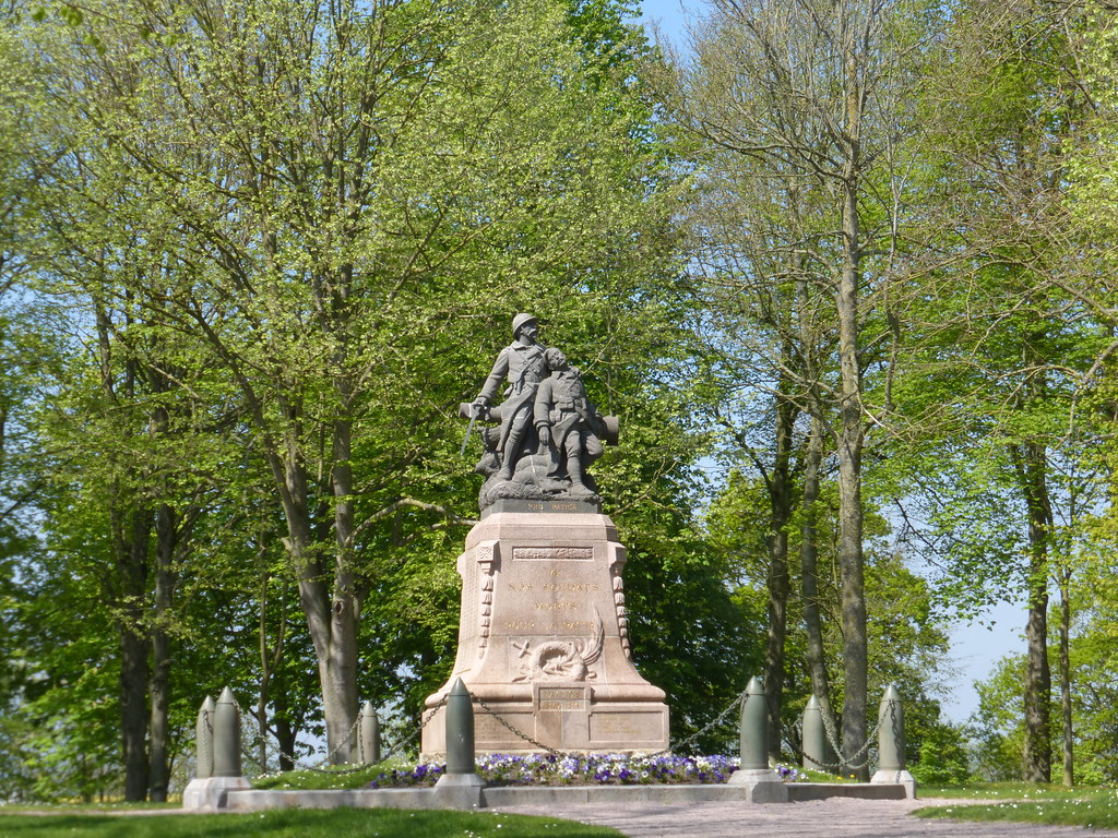 Lamballe-Le-monument-aux-morts-pres-de-la-collegiale.jpg