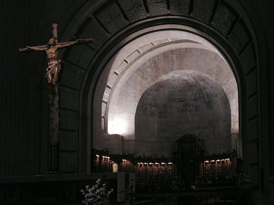 1200px-ValleDeLosCaidos_High_Altar_w_Christ_crucified.jpg