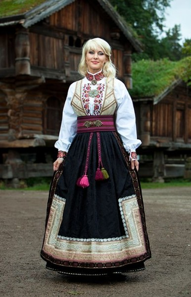 7d02c5c81273c524e46f9ea56a4df092--traditional-clothes-folk-costume.jpg