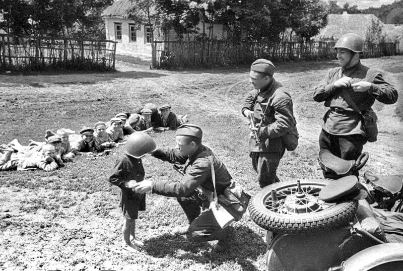 Soviet-Army-soldiers-of-the-Southwestern-Front-play-with-Ukrainian-children-in-a-small-village-prior-to-the-Battle-of-Uman-shortly-following-Operation-Barbarossa-the-initial-Axis-invasion-of-the.jpg
